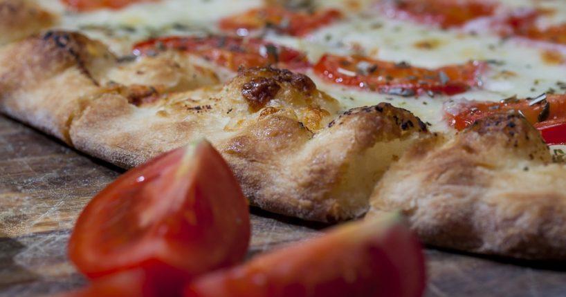 Třicetiprocentní Eidam do pizzy nepatří aneb další zajímavosti o nejpopulárnějším jídle světa