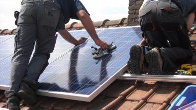 Neinstalujte solární panely na střechu během léta, nevyplatí se to